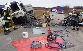Czołowe zderzenie osobówki z ciężarówką w Stobiernej. Nie żyje 50-latek