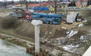 Trwa budowa kładek rowerowych w Rzeszowie. Utrudnienia dla pieszych przy moście Lwowskim