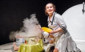 | Teatr Maska zaprasza na spotkanie z władcą zegarów, wskazówek i przesypującego się piasku