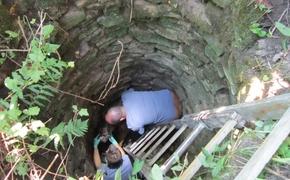 | [FOTO] Nietypowa interwencja funkcjonariuszy Straży Granicznej. Ratowali wilka uwięzionego w studni
