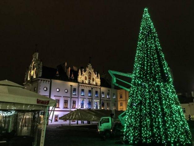 Aktualności Rzeszów | (FOTO) Rozpoczęli montaż dekoracji świątecznych