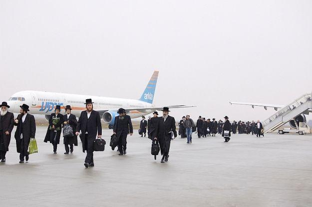 Aktualności Rzeszów | Tysiące ortodoksyjnych Żydów na lotnisku w Jasionce