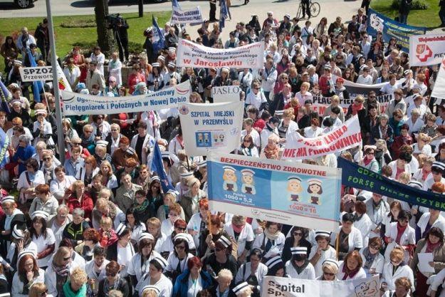 Aktualności Rzeszów | FOTO. Protest pielęgniarek przed Urzędem Marszałkowskim