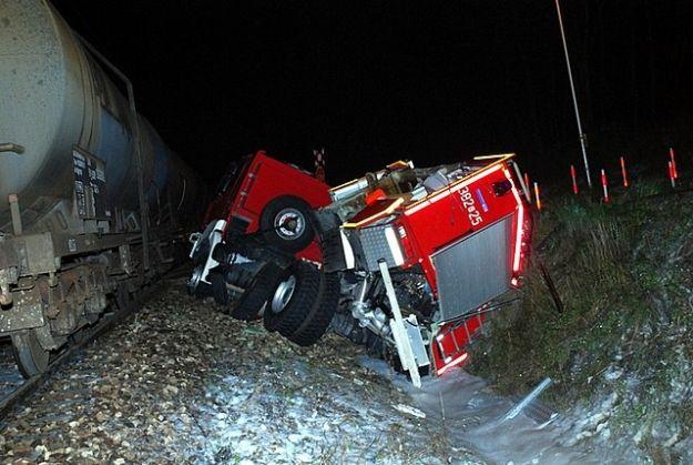 Aktualności Podkarpacie   4 osoby ranne w zderzeniu wozu strażackiego w pociągiem