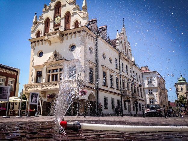 Aktualności Rzeszów | Prysznic zimnej wody dla ochłody. Jest wodna kurtyna na Rynku