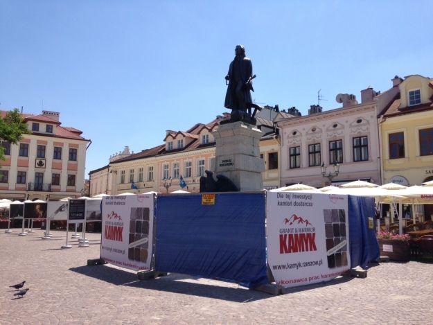 Aktualności Rzeszów | Trwają prace przy pomniku Kościuszki na Rynku. Co robią?