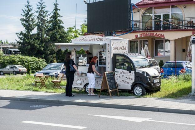 Aktualności Rzeszów | Niepełnosprawni oferują kawę i ciasta. Do Rzeszowa dotarła mobilna kawiarenka