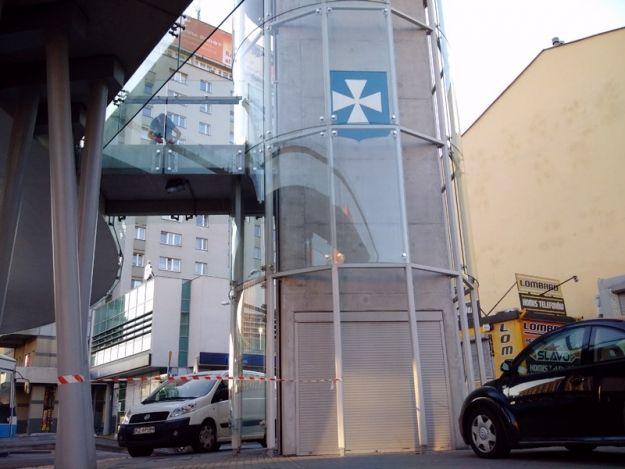 Aktualności Rzeszów | Awaria windy na okrągłej kładce. Nie wiadomo, kiedy naprawią usterkę