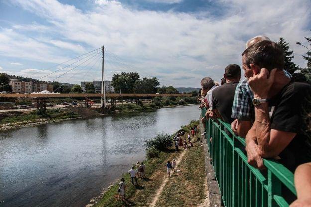Aktualności Podkarpacie | FOTO. Obrócili 175 tonową kładkę na oczach mieszkańców