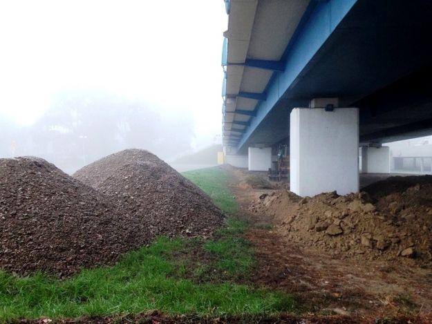 Aktualności Rzeszów | Pod Mostem Zamkowym budują Slalom Park. Powstaje kolejna atrakcja dla rzeszowskich rolkarzy