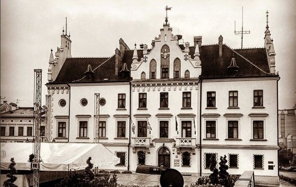 Aktualności Rzeszów | Protest przeciw blokowaniu budowy Podkarpackiego Centrum Lekkoatletycznego. Transparent na balkonie ratusza