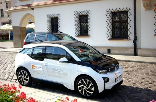 Aktualności Rzeszów | Urząd Miasta testuje elektryczny samochód BMWi3 skonstruowany z materiałów z recyklingu