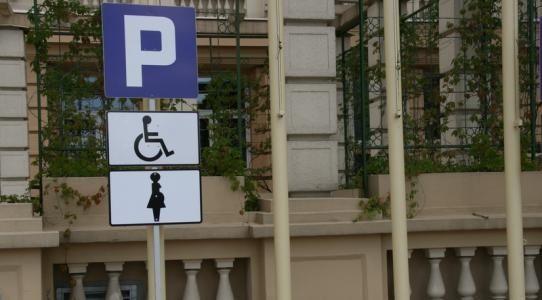 Aktualności Rzeszów | Specjalne miejsce parkingowe dla kobiet w ciąży przy UW