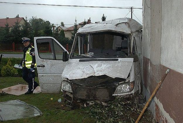 Aktualności Podkarpacie | Ranny kierowca i pasażer mercedesa po uderzeniu w dom