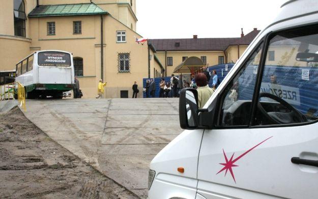 Aktualności Rzeszów | Przy klasztorze budują wiaty przystankowe