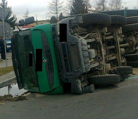 Aktualności Podkarpacie | Ciężarówka z betonem przewróciła się