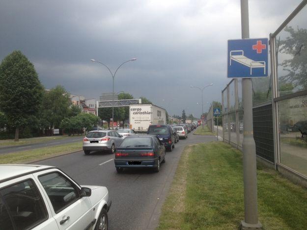 Uwaga korki! Dachowanie fiata przy Lwowskiej - Aktualności Rzeszów