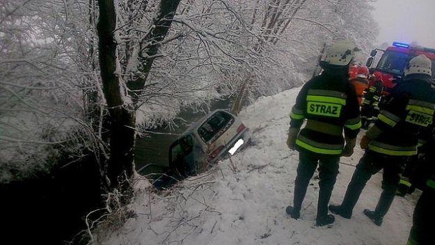 FOTO. Wypadek mieszkanki Rzeszowa w Wesołej. Seicento wpadło do rzeki - Aktualności Podkarpacie
