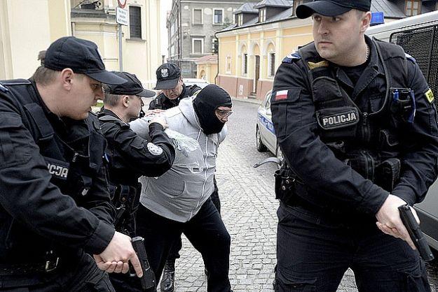 FOTO. Szaleniec groził nożem w archikatedrze przemyskiej. Obezwładnili go paralizatorem - Aktualności Podkarpacie