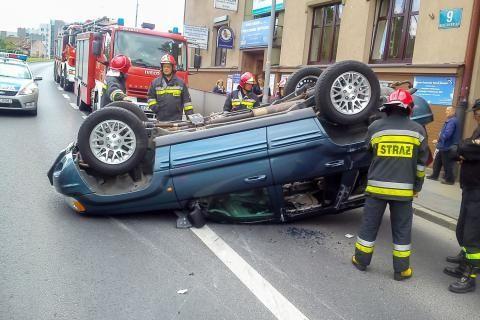 Wypadek na ul. Marszałkowskiej. Dachował jeep - Aktualności Rzeszów
