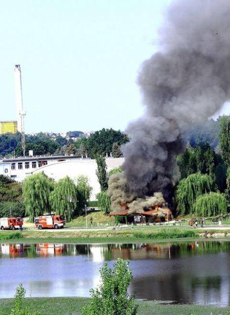 (FOTO) Pożar nad Wisłokiem. Zapalił się budynek baru Marina - Aktualności Rzeszów
