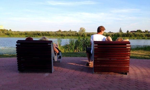 Wakacje w Rzeszowie cały rok. Nad Wisłokiem zamontowali drewniane leżaki - Aktualności Rzeszów