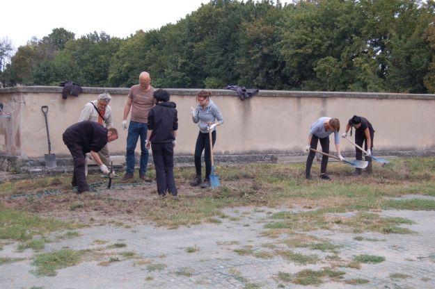 Kopią na terenie rzeszowskiego Zamku. Szukają szczątków ofiar zbrodni komunistycznych - Aktualności Rzeszów