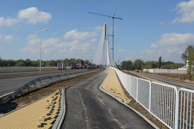 Rolkarze i rowerzyści na otwarciu nowego mostu - Aktualności Rzeszów