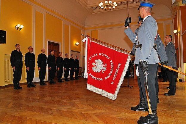 Przyjęto na służbę nowych policjantów. Funkcjonariusze złożyli ślubowanie - Aktualności Rzeszów