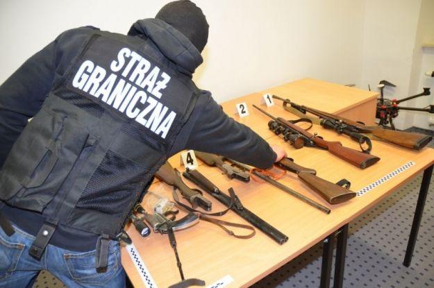 150 funkcjonariuszy w akcji. Zatrzymano grupę przestępczą handlującą bronią  - Aktualności Podkarpacie