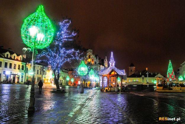 Świąteczne Miasteczko, Mikołaj na tyrolce, pokazy z ogniem, prezenty na scenie. Atrakcje na Rynku - Aktualności Rzeszów