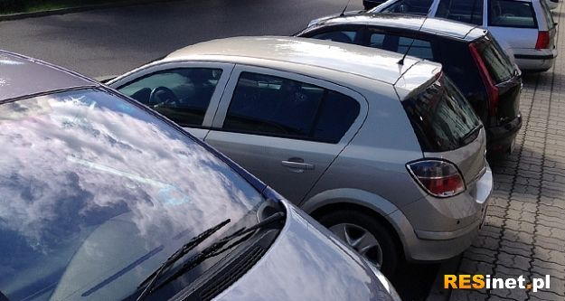 """Nowy chodnik i miejsca parkingowe. Roboty w rejonie jednej z rzeszowskich """"Biedronek"""" - Aktualności Rzeszów"""
