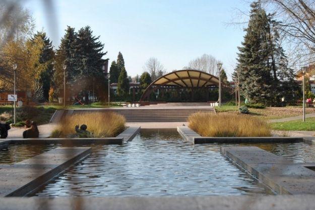 Drobne prace remontowe na scenie jednego z rzeszowskich parków  - Aktualności Rzeszów