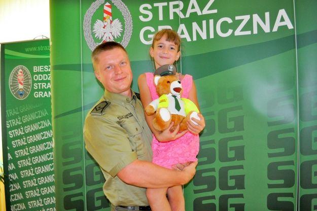 Funkcjonariusz Straży Granicznej uratował tonące dziecko. Dziewczynka ześlizgnęła się do stawu - Aktualności Podkarpacie