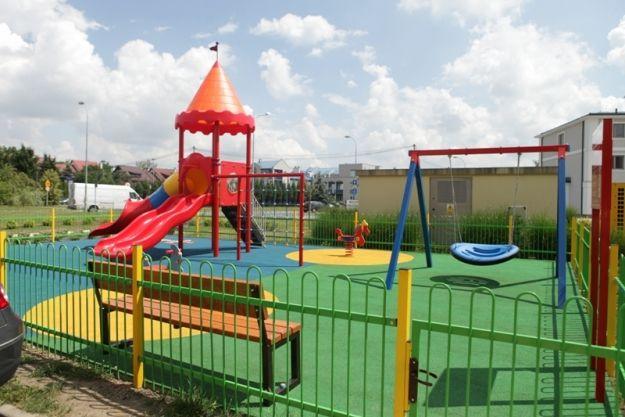 Kolorowy plac zabaw przed szpitalem Pro-Familia - Aktualności Rzeszów