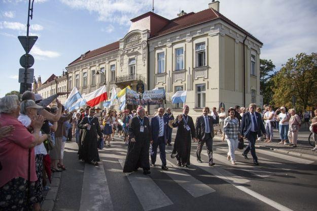 Pielgrzymi z Rzeszowa wyruszyli na Jasną Górę - Aktualności Rzeszów