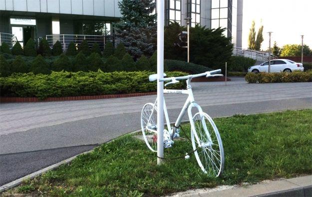 Przy ul. Przemysłowej stanął biały rower. Ma upamiętnić tragicznie zmarłą rowerzystkę  - Aktualności Rzeszów