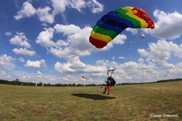 Skoki spadochronowe w tandemie – przeżyj ekstremalną przygodę! - Aktualności