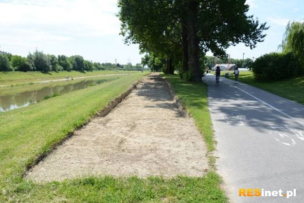 Trwa rozbudowa ścieżki na Bulwarach - Aktualności Rzeszów