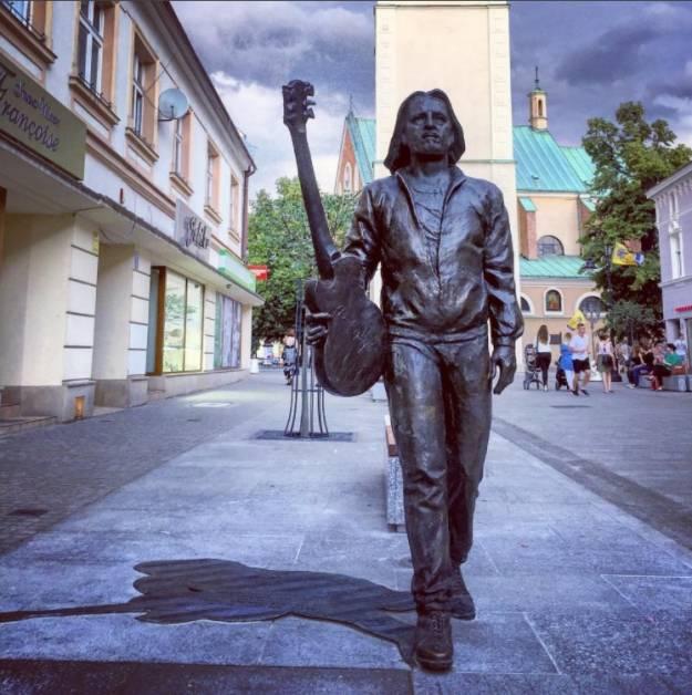 """""""Kiedy byłem małym chłopcem"""" na wiele gitar pod pomnikiem Nalepy - Aktualności Rzeszów"""