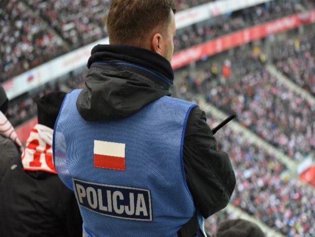 Policjant ze Stalowej Woli podczas meczu Polska-Urugwaj pomógł zagubionej dziewczynce - Aktualności Podkarpacie