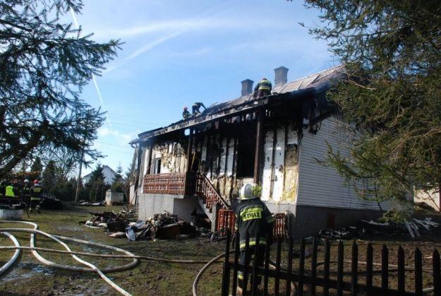 Policjant pomógł sąsiadowi. Nieprzytomnego mężczyznę odciągnął od płonącego domu - Aktualności Podkarpacie