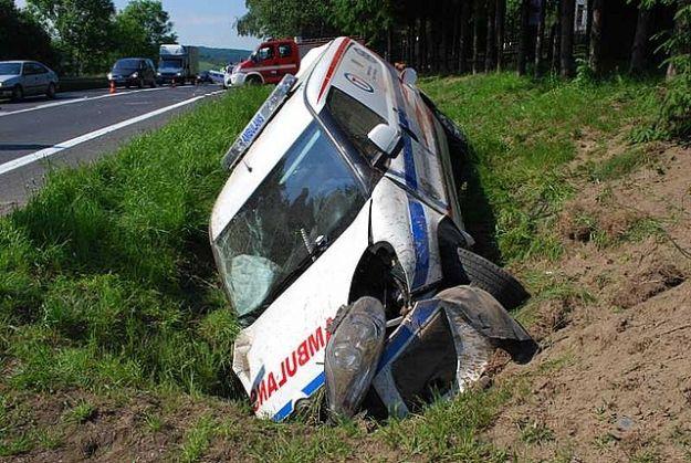 Wypadek ambulansu. Ranni ratownicy medyczni i pacjentka - Aktualności Podkarpacie