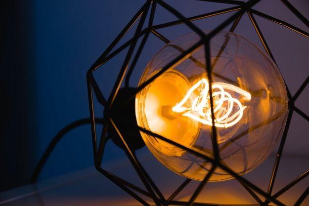 Zdobią, gdy świecą i nie świecą: designerskie lampy stołowe - art. sposn.