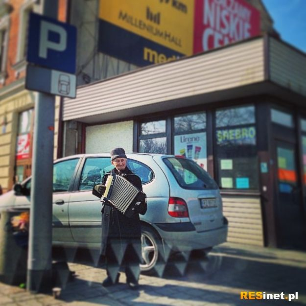 Kojarzysz starszego pana grające na akordeonie na ulicach Rzeszowa? Jest petycja o upamiętnienie jego postaci - Aktualności Rzeszów