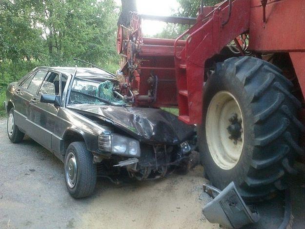 Mercedes zderzył się z kombajnem - Aktualności Podkarpacie
