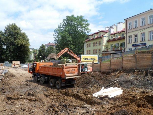 W centrum Sanoka powstaje parking wielopoziomowy - Aktualności Podkarpacie