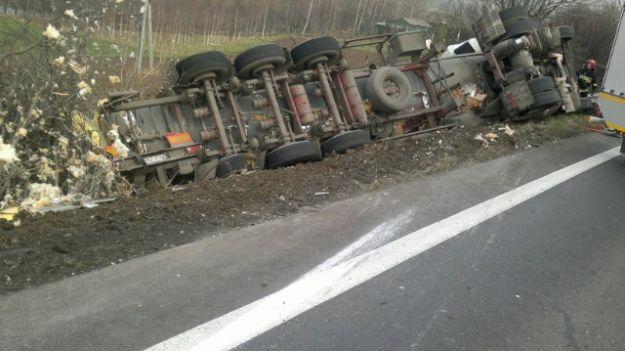 W Bukowej ciężarówka wpadła do rowu - droga zablokowana - Aktualności Podkarpacie
