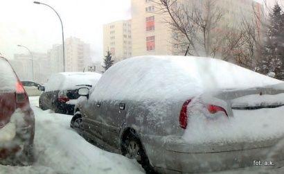 Zwały śniegu na poboczach i parkingach czekają na wiosnę  - Aktualności Rzeszów