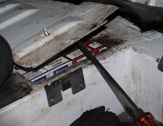 Nielegalne papierosy w podłodze samochodu - Aktualności Podkarpacie
